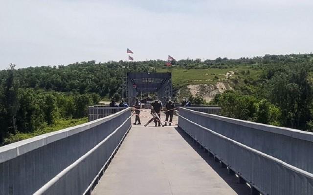 Через мост на блокпосту «Станица Луганская» мужчина и женщина провезли гроб